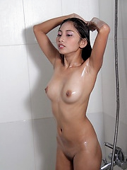 While taking a shower, Maybel gives us the opportunity to admire her perfect body