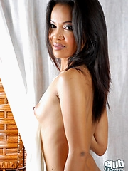 Ara showing her great nude body