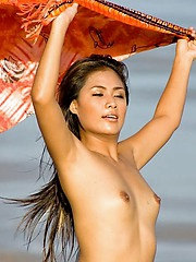 Thai porn babe Maria in excess of the beach