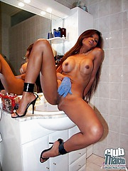 Stunning Thai Acia in go to the toilet