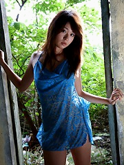 Sexy Asian babe removes her sarong and exposes her hot fuckable body